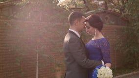 HD холят и стойки и объятия невесты видеоматериал
