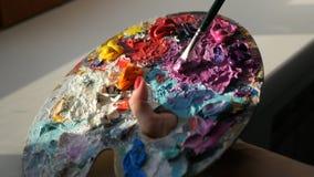 HD 与刷子混合在调色板的红色,紫色油漆 图库摄影