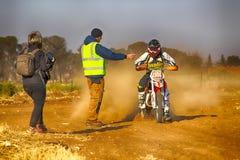 HD -停止在沙子轨道的检查站的摩托车在集会期间 免版税库存照片