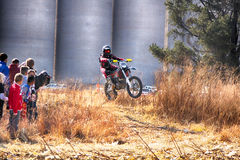HD -在集会种族期间的摩托车ramping轨道 库存图片