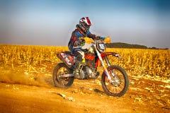 HD -踢尘土的足迹在沙子轨道的摩托车在ral期间 免版税库存图片