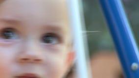 Hd - Babyjongen het Slingeren - sluit omhoog stock videobeelden