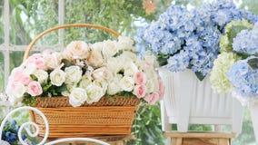 HD Bello rosa e molto genere di fiori nel negozio di fiore con moto dello scorrevole Fondo del negozio di fiore video d archivio