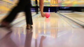 HD:  Berufsbowlingspielspieler schlägt letzten Pin stock video