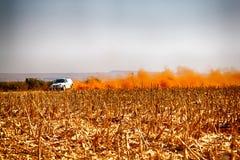 HD - BMW lastbilen som upp sparkar damm på vänden ar, samlar Royaltyfri Fotografi