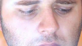 Hd - close-up de fumo do homem vídeos de arquivo