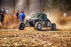 HD - Custom single seater rally buggy kicking up trail of dust o Royalty Free Stock Images
