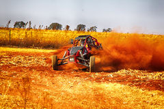 HD - Custom single seater rally buggy kicking up trail of dust o Royalty Free Stock Photography