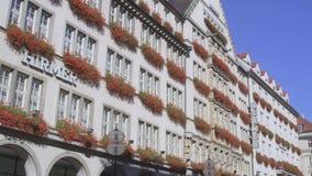 HD a décoré le bâtiment dans la rue de Neuhauser, Munich banque de vidéos