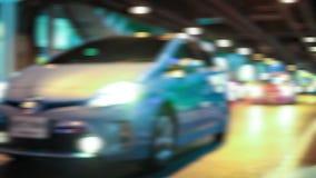 HD - De strook van nachtlichten aangezien wij onderaan een stadsstraat reizen stock videobeelden