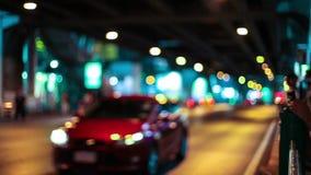 HD - De strook van nachtlichten aangezien wij onderaan een stadsstraat reizen stock video