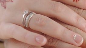 HD dicht omhoog geschoten van dient handen van bruid en bruidegom in stock videobeelden