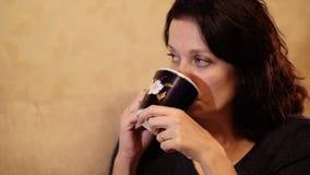HD dichte omhooggaand van vrouw het drinken thee, super langzame motie stock videobeelden
