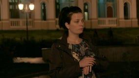 HD een vrouw wacht op iemand in de straat Zij is verward en zenuwachtig stock videobeelden