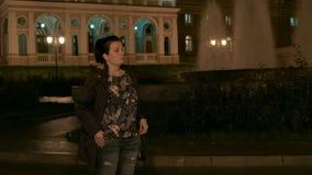 HD een vrouw wacht op iemand naast de fontein stock footage