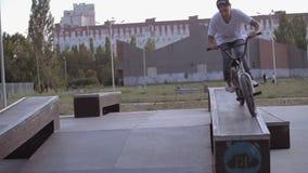 HD fietsersprongen op de barrière stock video