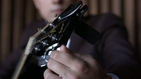 HD gitarist Tuning Guitar Sluit omhoog stock footage
