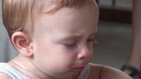 Hd - Grappige Baby allen omhoog Geknoeid van Lunch het Hoesten stock video