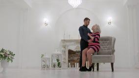 HD het jonge paar is in studio, zit de pregant vrouw haar echtgenoot bevindt zich Ver Schot stock videobeelden