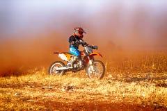 HD - Junior Motorbike que retrocede acima a fuga da poeira no dur da trilha da areia imagem de stock