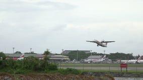 HD lengte van een tweelingmotorvliegtuig die in silhouet tegen een hemel van start gaan stock video