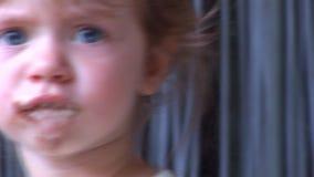 Hd - Mädchen, das Eiscreme 08 isst stock video footage