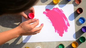 HD-Mädchen-Fingerfarben 1080 auf Weißbuch stock video