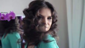 HD O modelo 'sexy' bonito mostra o penteado e o mea bom humor filme