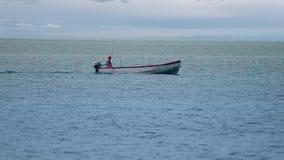 HD : Petit bateau de pêche au dépassement d'horizon banque de vidéos