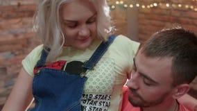 HD se ferment vers le haut du tir que le jeune couple est dans le studio, l'épouse pregant se reposent sur son kness du ` s de ma banque de vidéos
