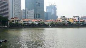 HD tijdtijdspanne van boten die voorbij in Clarke-kade en Bootkade stromen, de populairste nachtlevenvlek in Singapore stock videobeelden