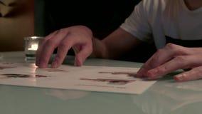 HD una persona lee el menú del desierto hecho en imágenes metrajes