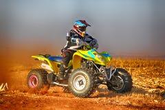 HD- vélo de quadruple donnant un coup de pied la traînée de la poussière sur la voie de sable pendant le rall photographie stock libre de droits