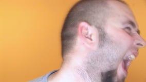 Hd - verrückter Mann, der geisteskrank geht stock video