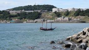 HD-video av Pirate den Hispaniola för skepp seglingen in i den Scarborough hamnen Augusti 2018 arkivfilmer