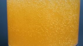 HD-Video des orange Sodas mit Blasenhintergrund stock video footage