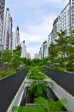 HDB sänker, staden i en trädgård Arkivfoto