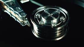 HDD Computer HDD Scheibe der Informationsspeicherung Datenreihe Binärer Code Spindel- und Kopfnahaufnahme Computer stock video