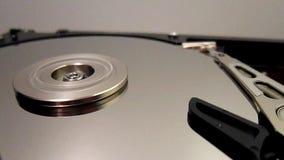 HDD - De harde schijfaandrijving is open, uit gebroken en rotatie stock video