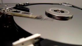 HDD - De harde schijfaandrijving is open, uit gebroken en rotatie stock videobeelden