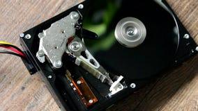 HDD - Een Harde schijfaandrijving is open, uit gebroken en rotatie stock video