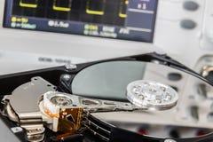 HDD en un laboratorio de prueba listo para la recuperación o la reparación de los datos Imagen de archivo libre de regalías