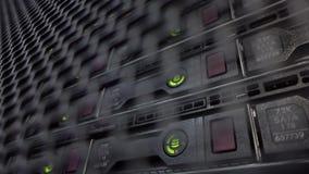 HDD-het rek wordt gevestigd achter de ijzerdeur van de ruimte van de datacentrumserver stock footage