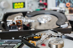 HDDs em um laboratório de teste pronto para a recuperação ou o reparo dos dados Imagem de Stock Royalty Free