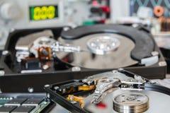 HDDs en un laboratorio de prueba listo para la recuperación o la reparación de los datos Imagen de archivo libre de regalías