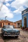 HDR古巴加勒比蓝色经典汽车在街道上停放了在特立尼达 免版税库存图片