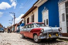 HDR古巴加勒比经典汽车在街道上停放了在特立尼达 库存照片