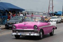HDR古巴桃红色美国老朋友在Malecon散步驾驶在哈瓦那 免版税图库摄影