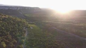hdr图象横向山日落 射击 剧烈的天空,日落的看法在峡谷的 五颜六色的石头和光束 股票视频