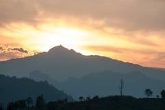 hdr图象横向庄严山日落 严重的天空 免版税库存图片